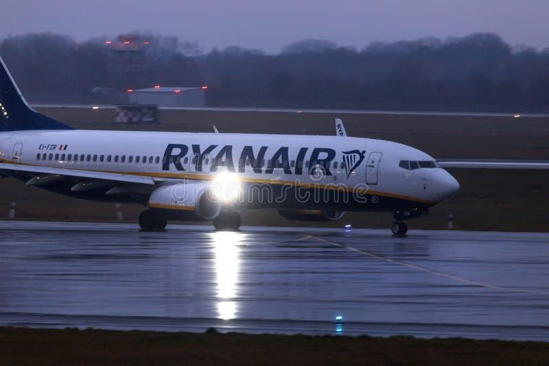 Dusseldorf, nrw/Allemagne - 11 01 19 : avion de Ryanair à l'aéroport Allemagne de Dusseldorf sous la pluie photographie stock libre de droits