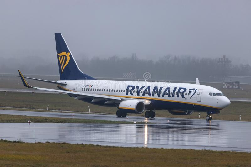 Dusseldorf, nrw/Germania - 11 01 19: aeroplano del Ryanair all'aeroporto Germania di Dusseldorf nella pioggia immagine stock libera da diritti