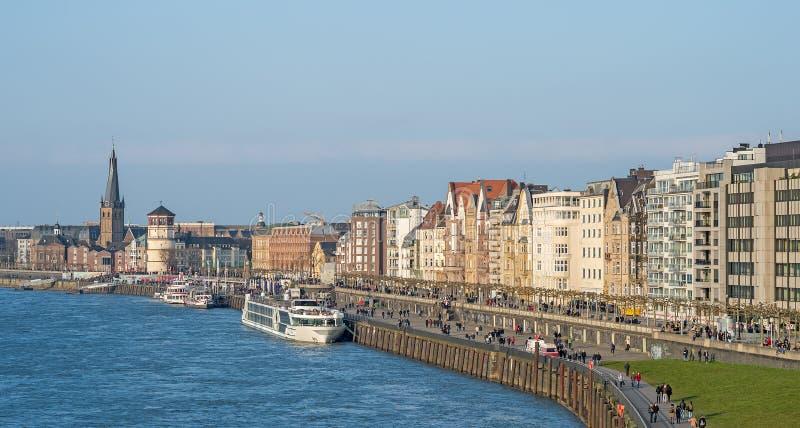 Dusseldorf på flodRhen i Tyskland arkivbild