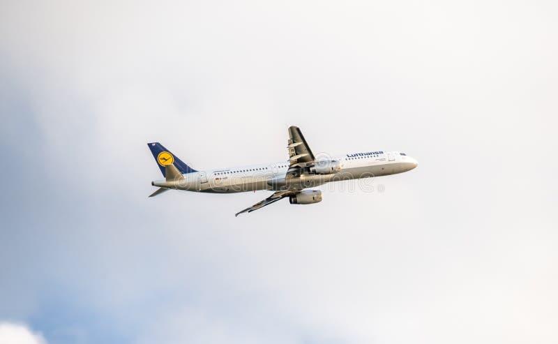 Dusseldorf Tyskland - Oktober 05 2017: Start för Lufthansa flygbuss A321 på den Dusseldorf flygplatsen arkivbilder