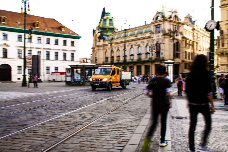 Dustmen και dustcart στην Πράγα στοκ φωτογραφία