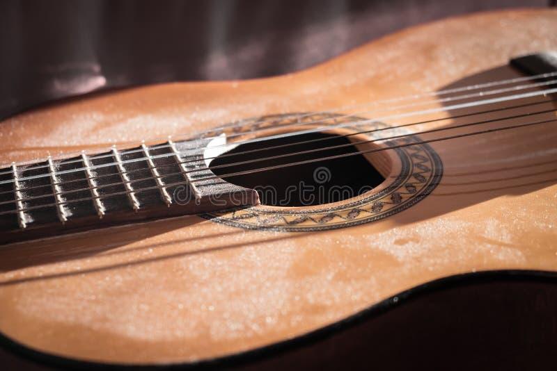 Dusty Classical Guitar-Nahaufnahme lizenzfreie stockbilder