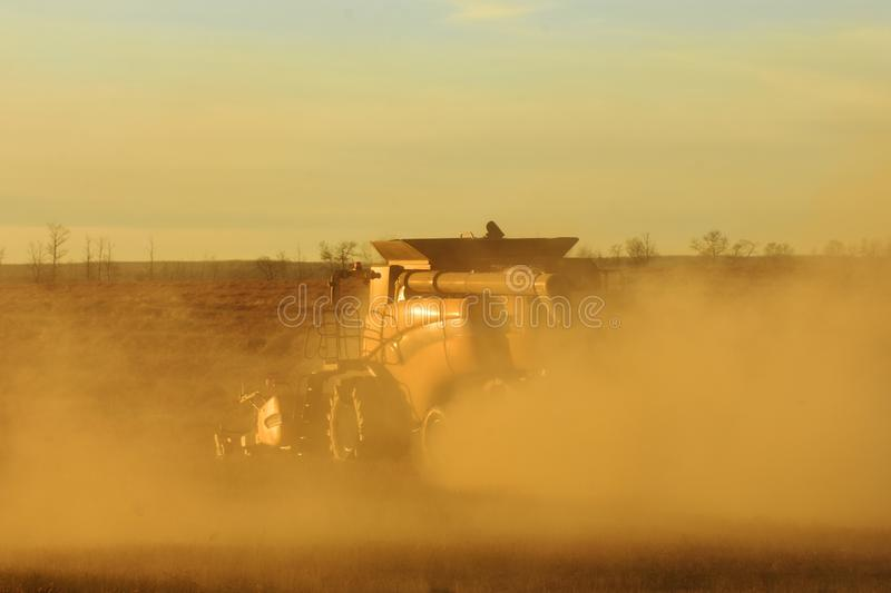 Dusty Combine Harvester foto de stock