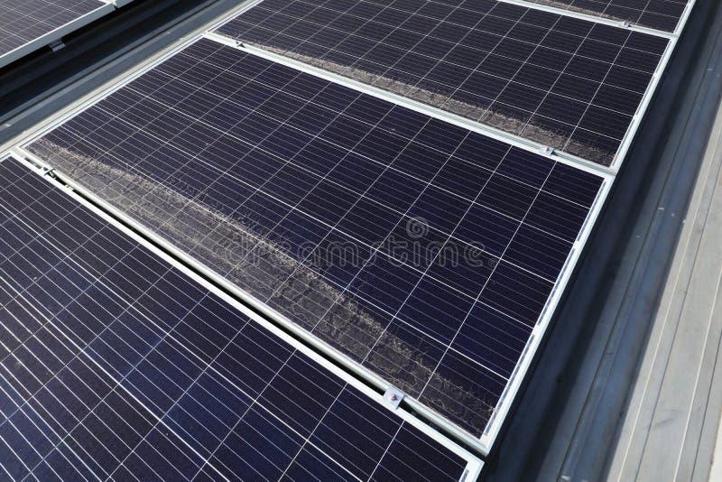 Dusty Photovoltaic Panels sujo no telhado fotos de stock royalty free