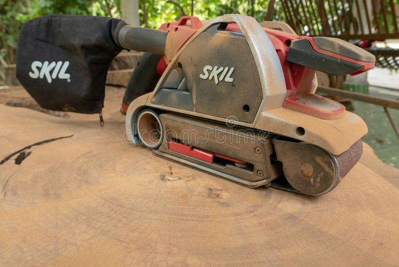 Dusty Skil-binnen maakt de merk elektrische schuurmachine tropisch hout glad royalty-vrije stock fotografie