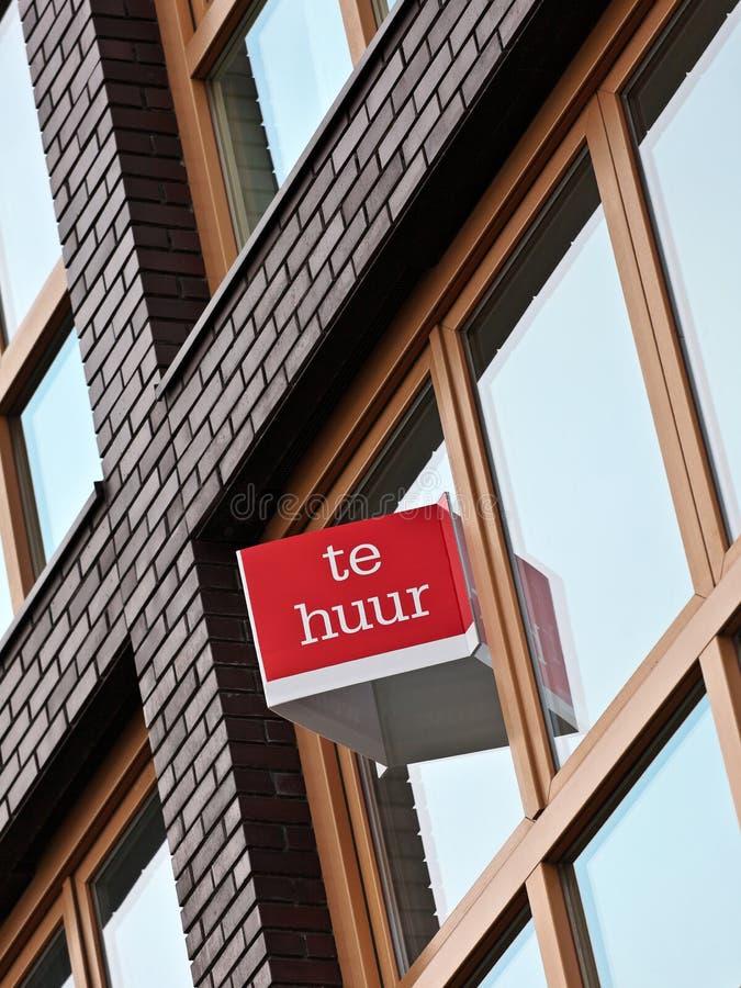 Dutch para o sinal do aluguel em um prédio de apartamentos foto de stock