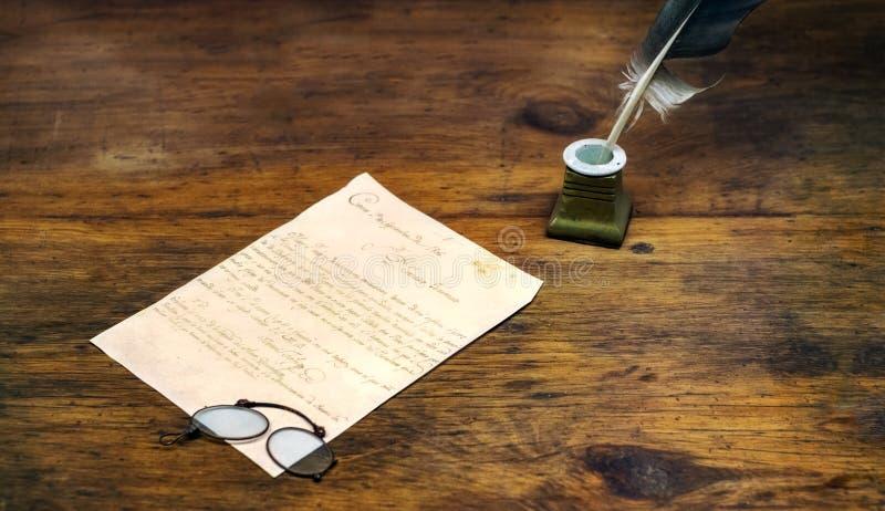 Dutka na inkwell z piórkiem i liście z szkłami zdjęcia royalty free
