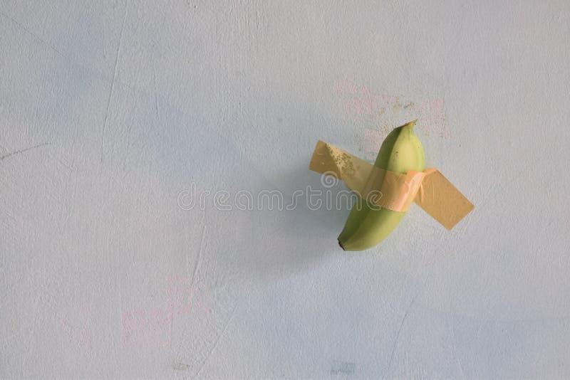 Duto de banana verde colado na parede fotos de stock royalty free