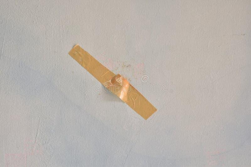 Duto marrom colado na parede fotos de stock royalty free