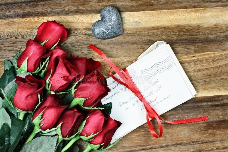 Dutzend Rosen mit alten Buchstaben lizenzfreie stockfotos