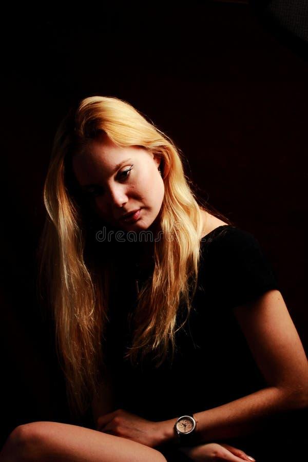Duvidando o cabelo vermelho blondy longo Retrato bonito da mulher da forma foto de stock