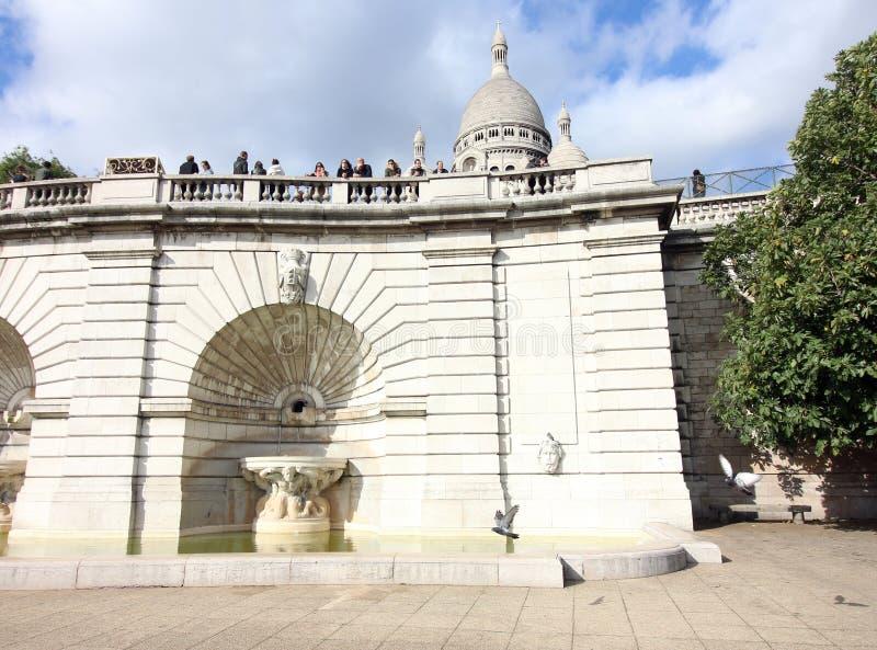 Duvor på springbrunnen på den Sacre Coeur basilikan, Paris, Frankrike royaltyfri foto