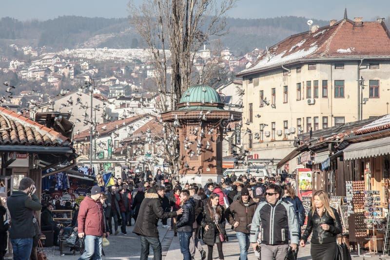 Duvor som flyger över Bascarsijaen, kvadrerar den Sebilj springbrunnen Bascarsija är symbolet av Sarajevo, med dess orientaliska  royaltyfria bilder