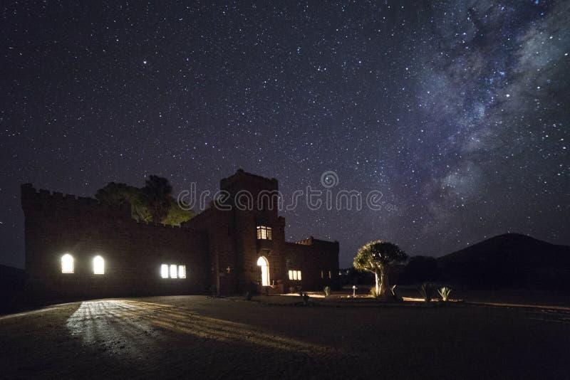 Duwiseb城堡在与光的晚上 免版税库存照片