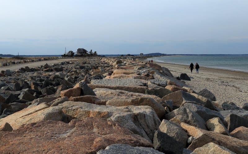 Duxbury, Massachusetts Bella vista iniziale della molla della spiaggia di Duxbury al tramonto con la gente che cammina sulla spia immagine stock libera da diritti
