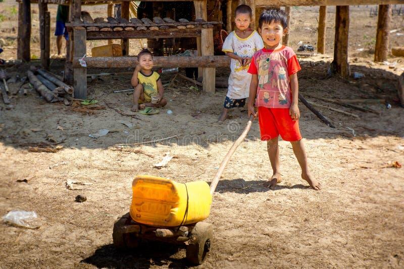 Duya/缅甸24 02 2017年:播放手工制造玩具的小孩子 库存图片