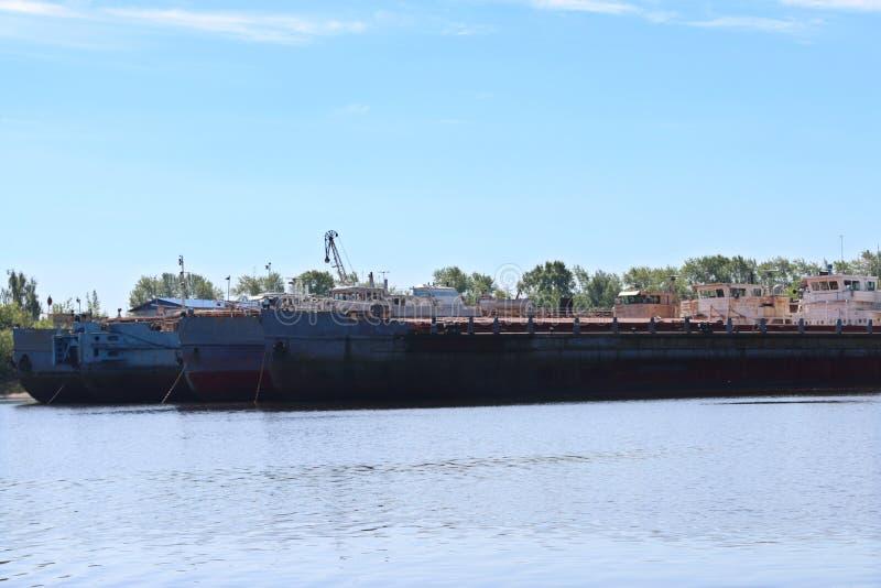 Duzi ładunków żurawie dla ładować i statki są na rzece przy sumą zdjęcia royalty free