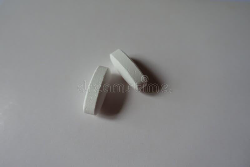 Duzi biali caplets wapnia cytrynianu 2 rzeczy obrazy royalty free