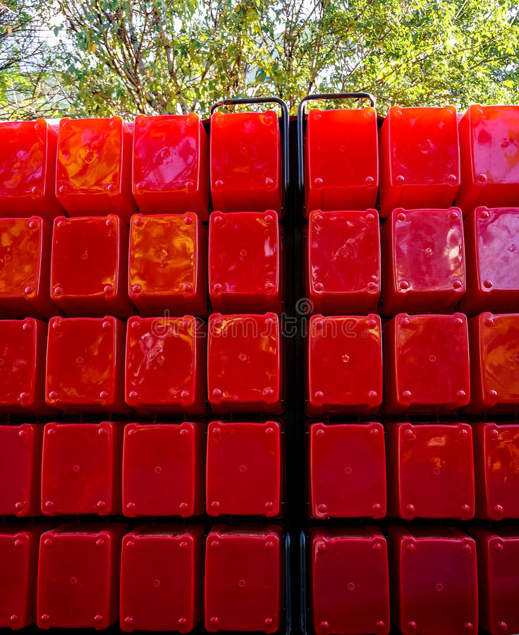 Duzi czerwoni plastikowi sześciany brogujący w rozkazie zdjęcie stock