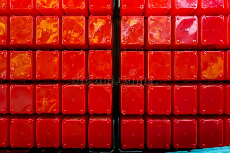 Duzi czerwoni plastikowi sześciany brogujący w rozkazie jaskrawy czerwień zdjęcia royalty free