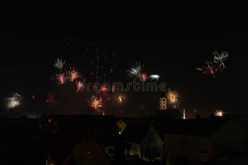 Duzi fajerwerki nad Frankenthal z kościelnym Niemcy zdjęcie stock