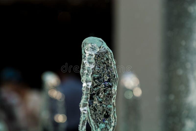 Duzi i silni wodni strumienie od fontanny z błękitną iluminacją w centrum handlowym Plu?ni?cia i krople zdjęcie royalty free