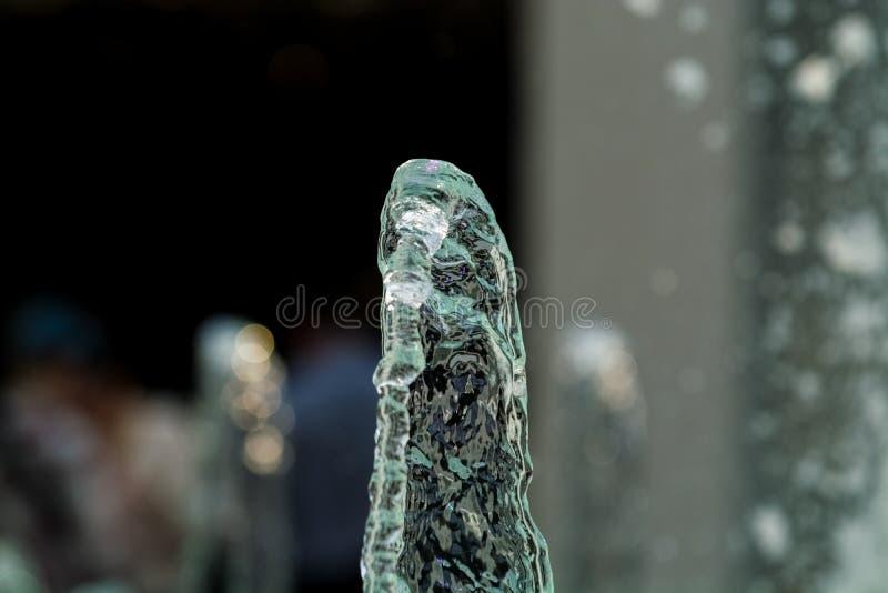Duzi i silni wodni strumienie od fontanny z błękitną iluminacją w centrum handlowym Plu?ni?cia i krople zdjęcie stock