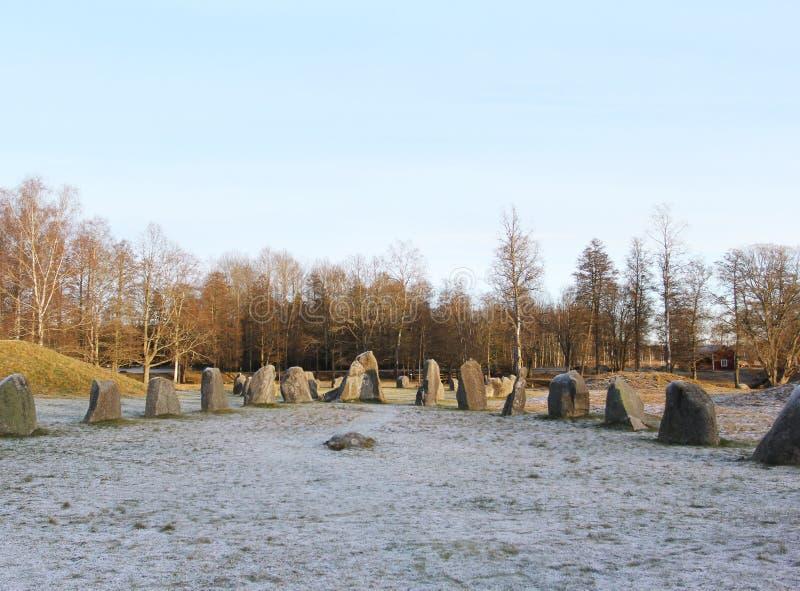 Duzi kamienie stoi w śnieżnym polu w zimie obrazy royalty free