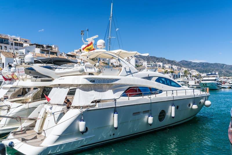 Duzi luksusowi jachty w schronieniu zdjęcia royalty free