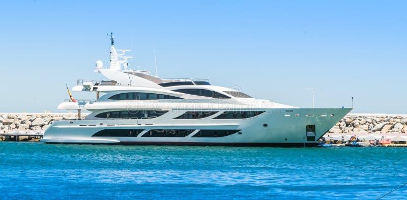 Duzi luksusowi jachty w schronieniu obrazy stock