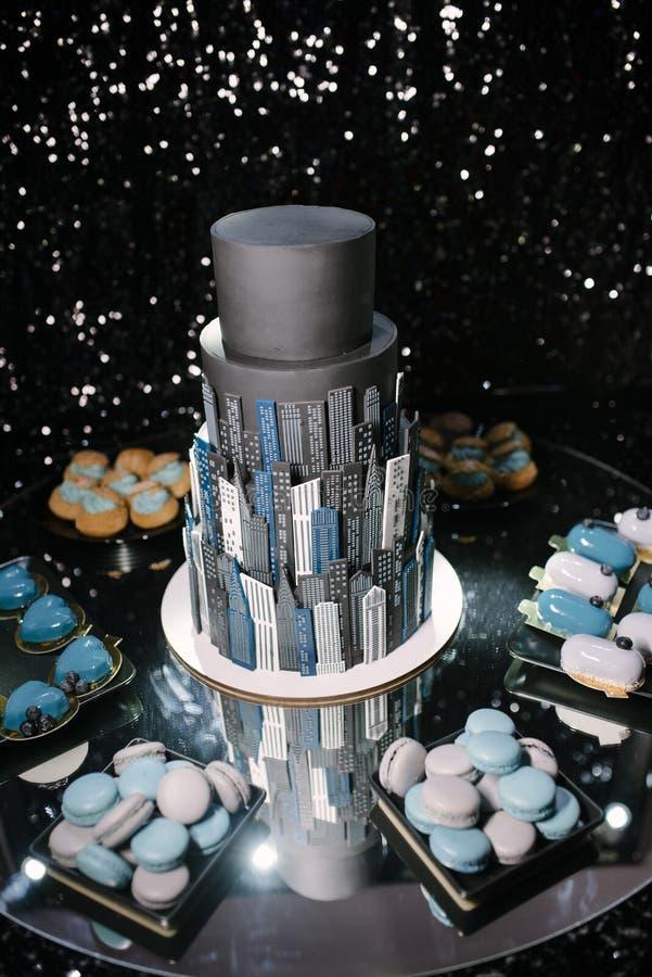 duzi piękni czarni ślubnego torta stojaki na zgłaszają zakończenie w górę obrazy royalty free