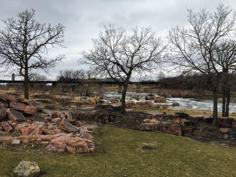 Duzi Sioux rzeki przepływy nad skałami w Sioux Spadają Południowy Dakota z widokami przyroda, ruiny, parkowe ścieżki, pociągu śla zdjęcie stock