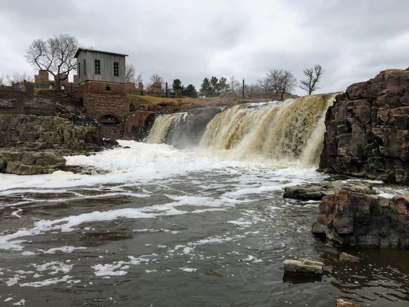 Duzi Sioux rzeki przepływy nad skałami w Sioux Spadają Południowy Dakota z widokami przyroda, ruiny, parkowe ścieżki, pociągu śla obraz stock