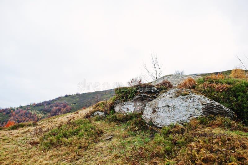 Duzi skaliści kamienie przy stopą góra zdjęcie royalty free