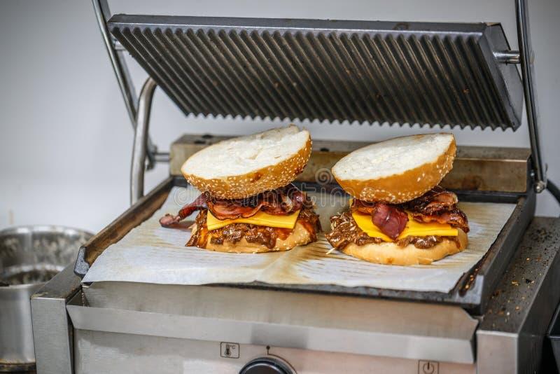 Duzi smakowici hamburgery fotografia stock