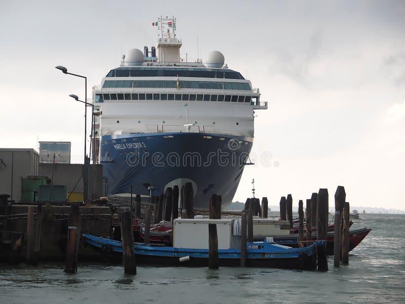 Duzi statki wycieczkowi przy portem Wenecja obrazy royalty free