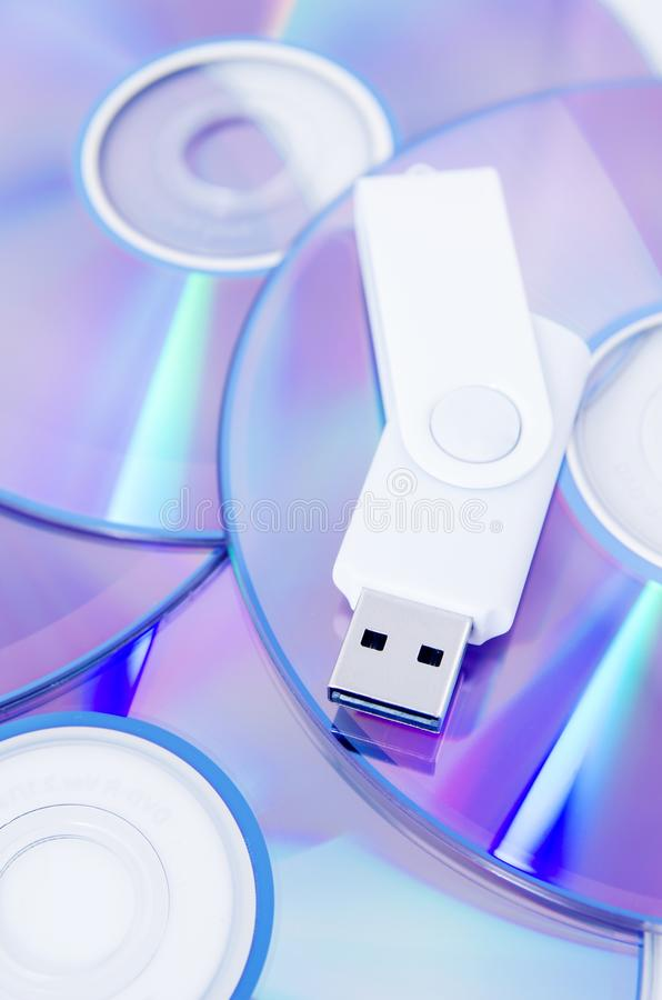 DVD圆盘和USB闪光驱动 免版税库存图片