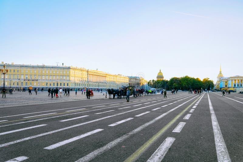 Dvortsovaya Aveue en Heilige Isaac Cathedral te St. Petersburg, in Rusland royalty-vrije stock foto