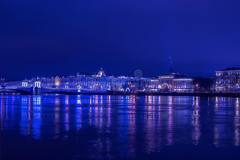 Dvortsoviy most i zima pałac w błękicie zaświecamy przy Bożenarodzeniową nocą obrazy royalty free