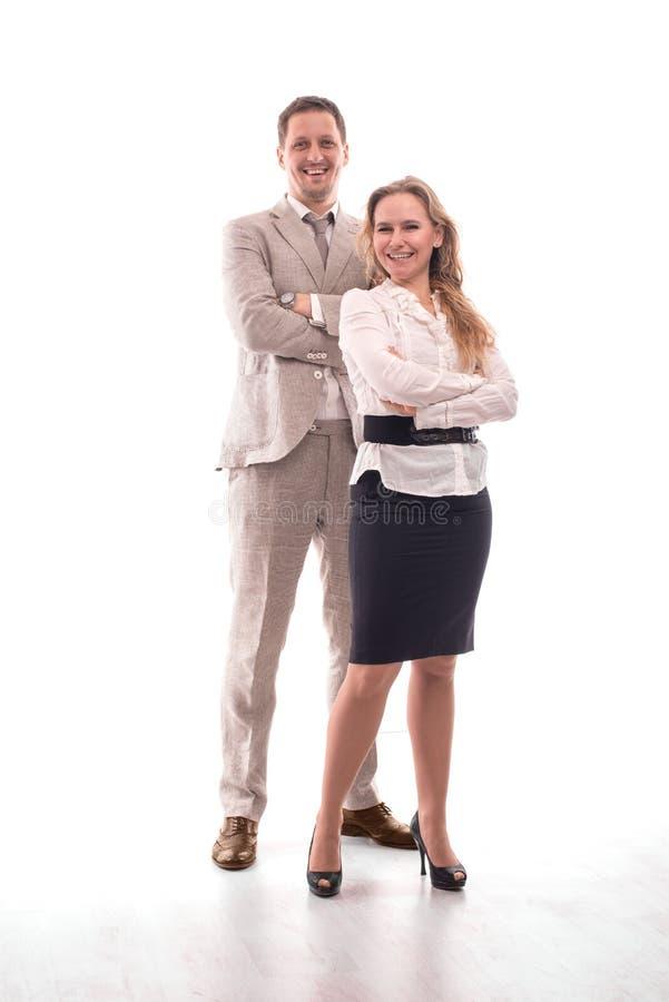 Dwóch mÅ'odych pracowników albo biznesmenów, mężczyzna i kobieta, z pewnoÅ›ciÄ… stojÄ… w studiu, zdjęcie stock