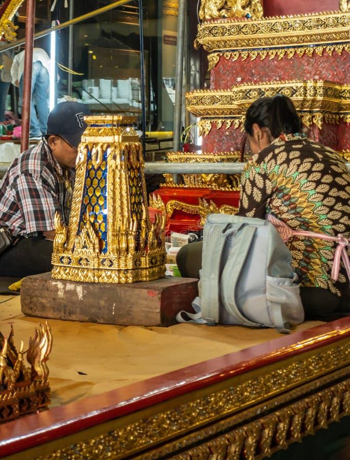 Dwóch pracowników utrzymuje dekoracje Barki Królewskiej, Bangkok Thailand obrazy royalty free