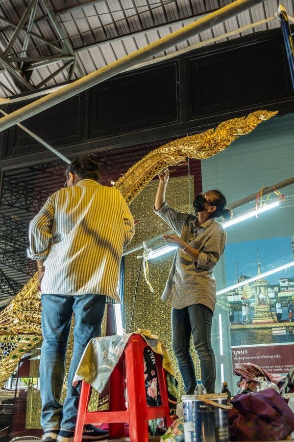 Dwóch pracowników utrzymuje dekoracje na rufie Barki Królewskiej, Bangkok Thailand obraz royalty free