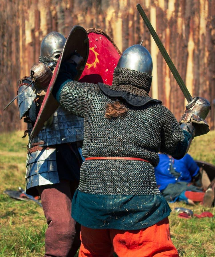 Dwa średniowiecznego wojownika w opancerzeniu walczą obrazy royalty free