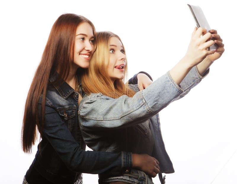 Dwa ładnej młodej kobiety bierze jaźń portret obrazy stock