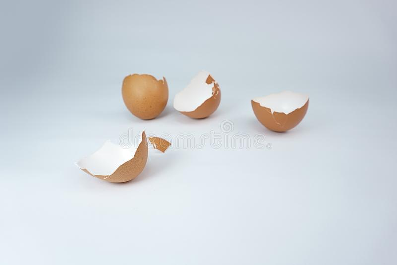 Dwa Łamanej brąz jajecznej skorupy na białym tle zdjęcia royalty free