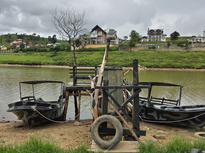 Dwa łodzi Nuwaraeliya Sri Lanka jeziora strony samotności rocznik nowy zdjęcia stock