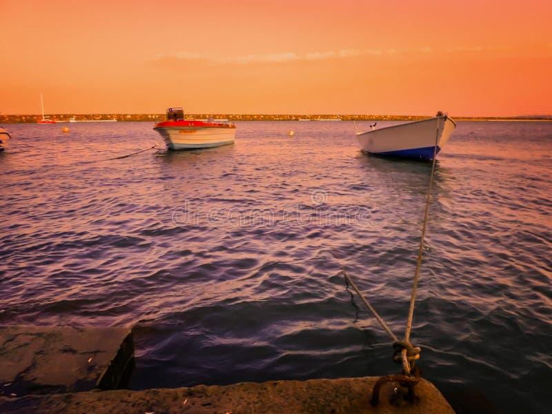 Dwa łodzi przy morzem na Atakum wyrzucać na brzeg i kształtują teren za one Dwa łodzi wiążącej plaża z długą arkaną fotografia stock