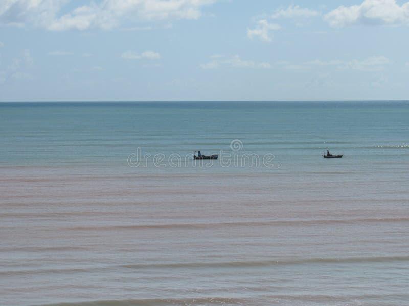 Dwa łodzi rybackiej przy morzem obraz royalty free