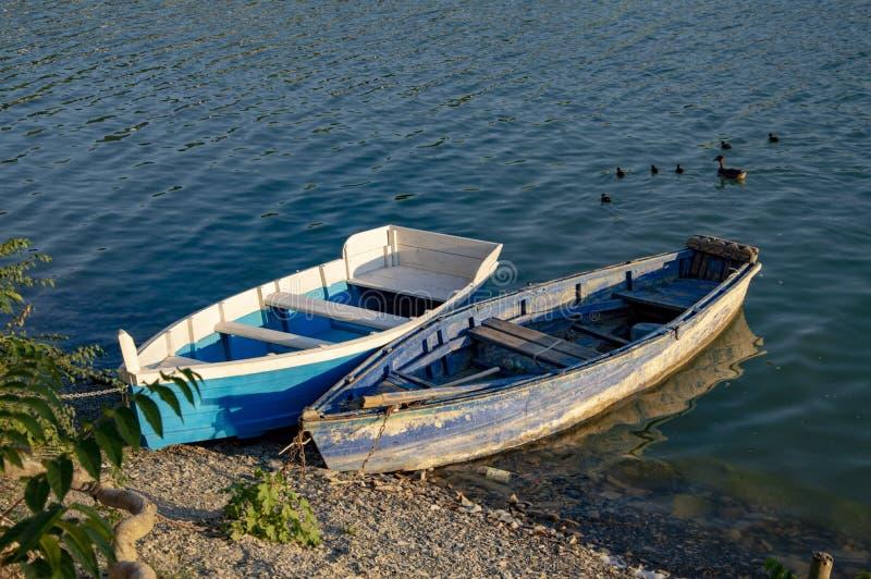 Dwa łodzi w jasnym jeziorze obrazy stock