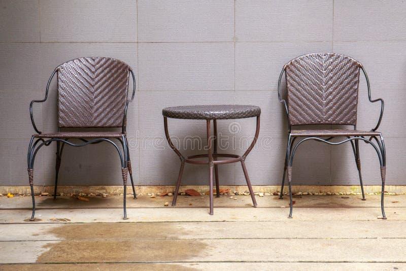 Dwa łozinowego krzesła blisko ściana tworzy naturalnego odczucie obraz stock